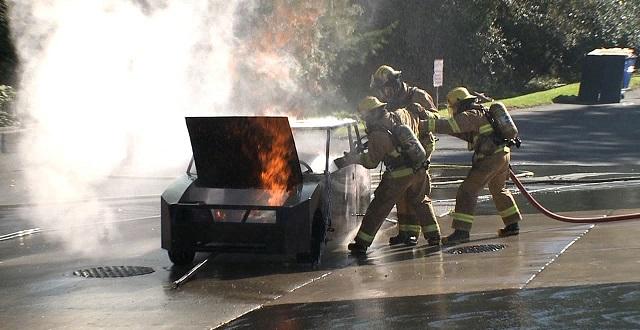 vigili del fuoco si esercitano per domare incendio auto elettrica