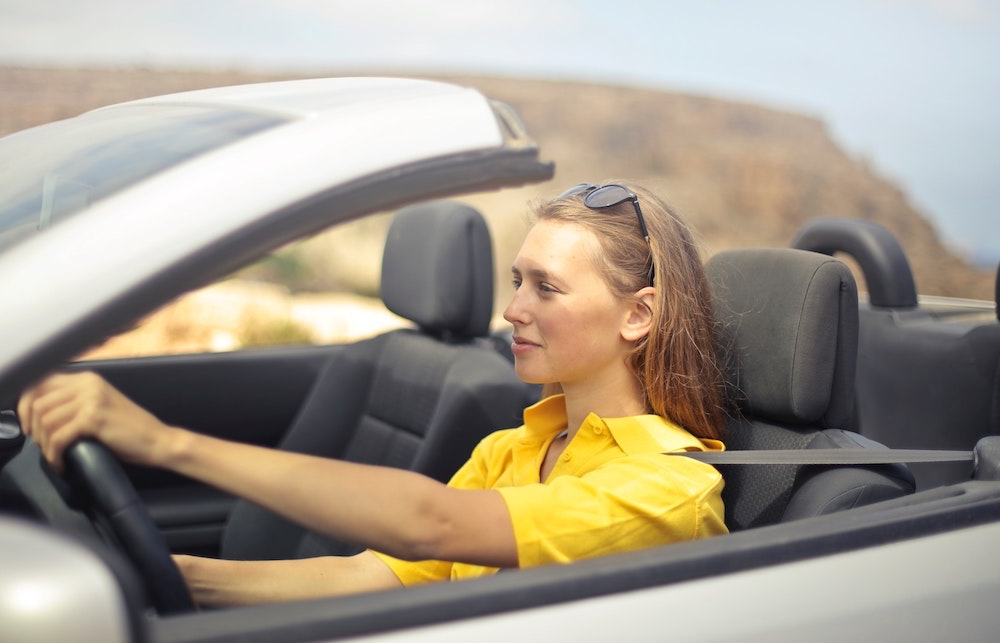 automobilista guida giovane