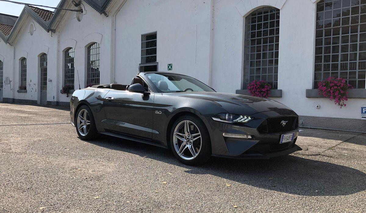 Nuova Ford Mustang V8 GT cabrio grigia