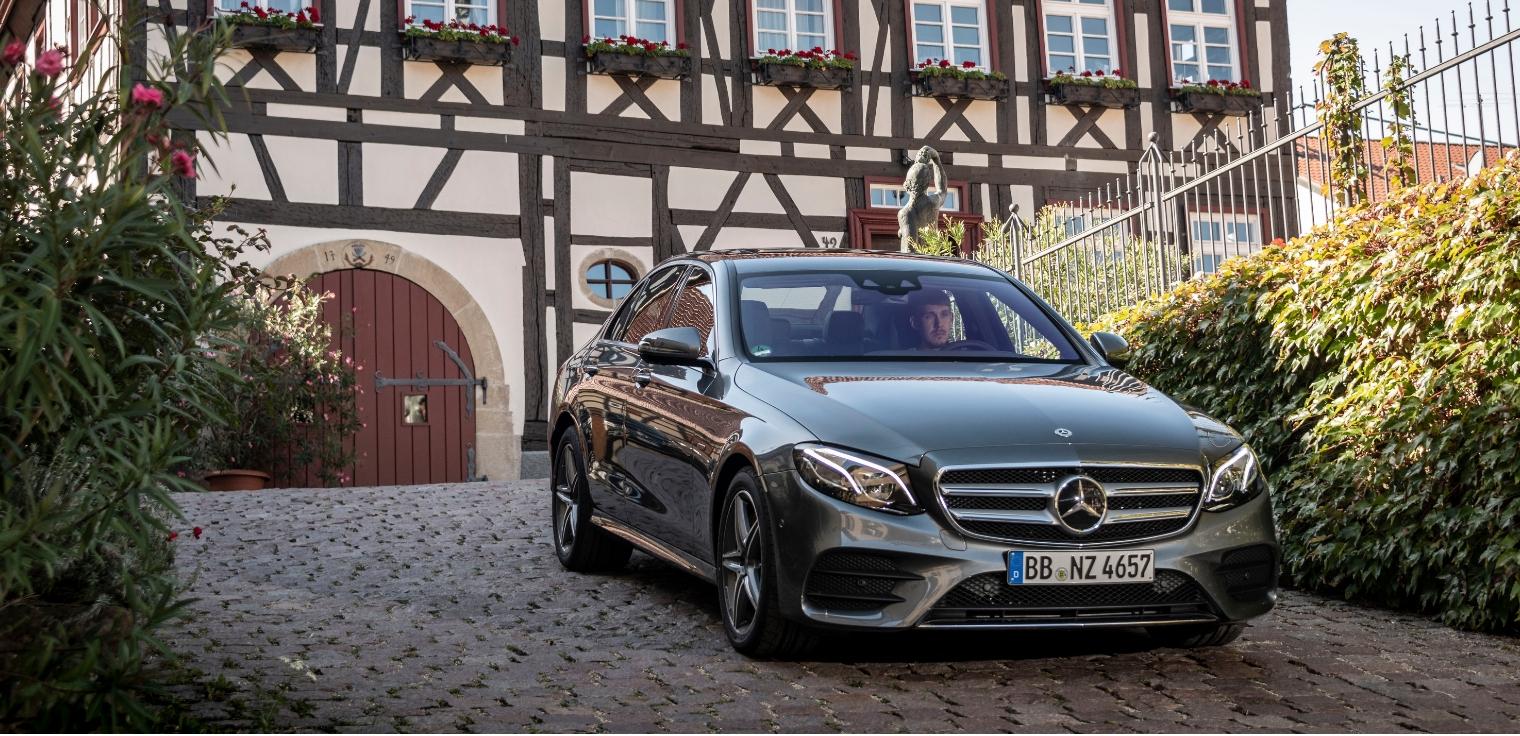 Nuova Mercedes Classe E 300 e ibrida plug-in a benzina grigia