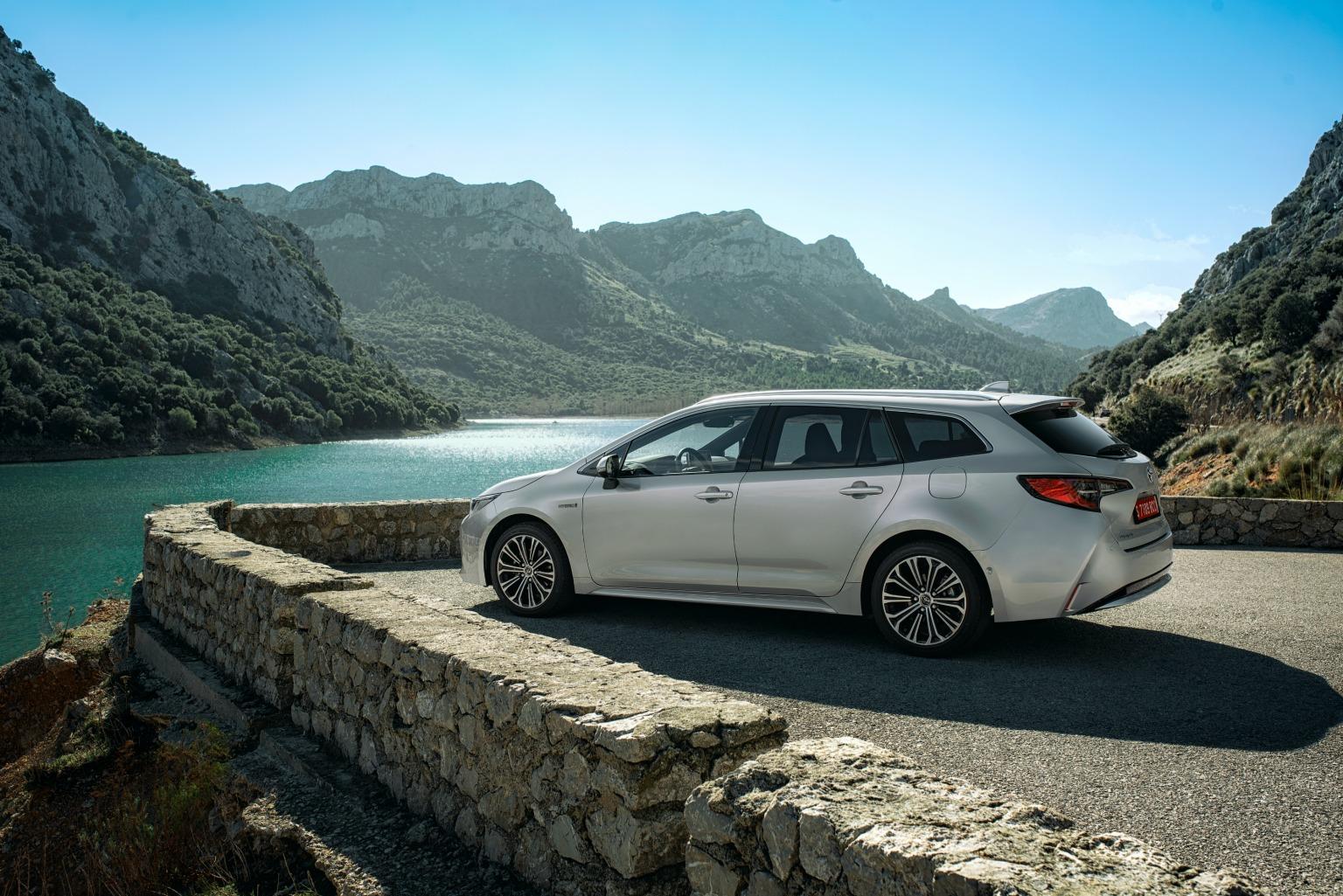 Esterni nuova Toyota Corolla Touring Sports