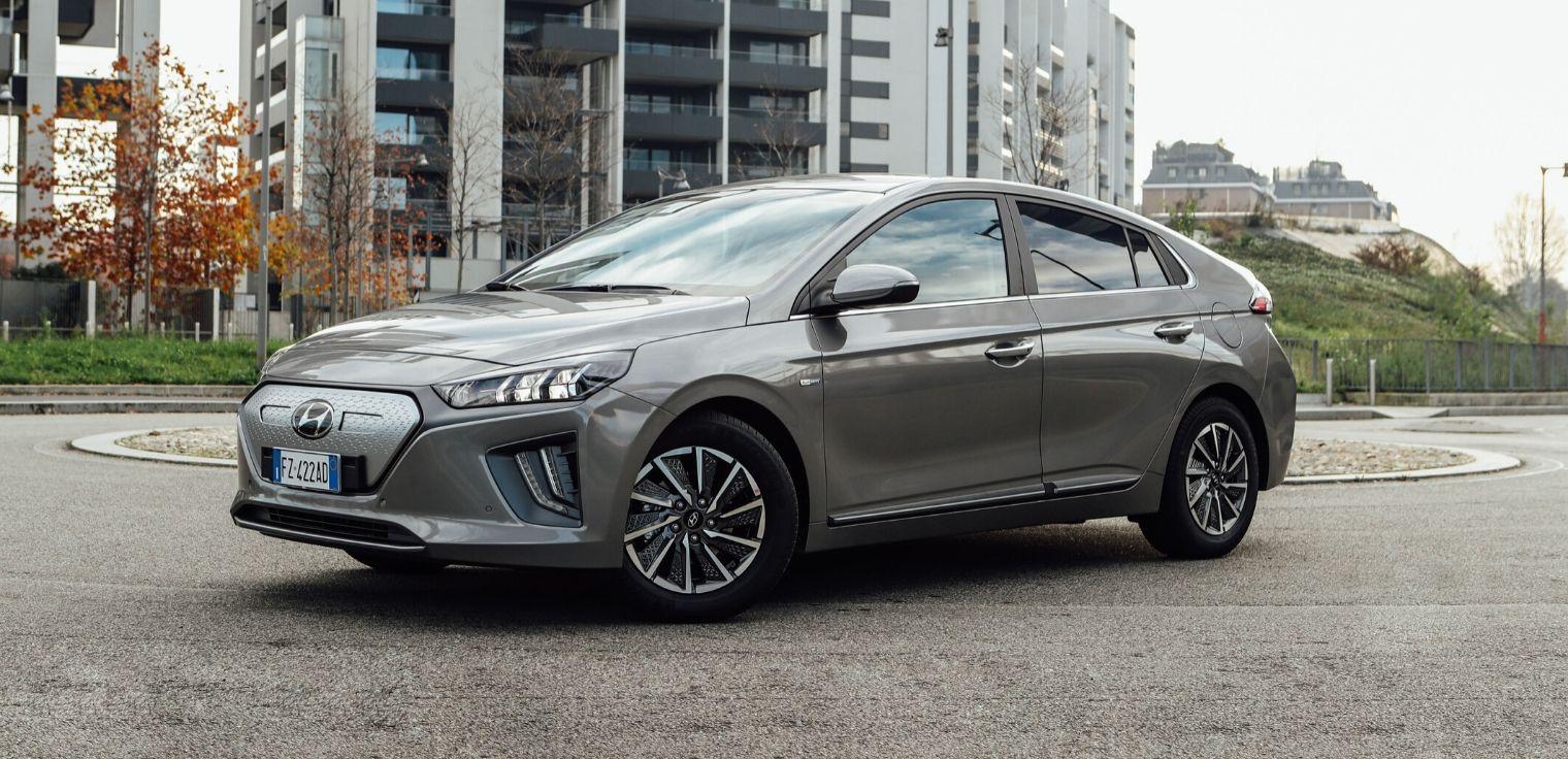 Esterni di nuova Hyundai Ioniq Electric 2020 grigia