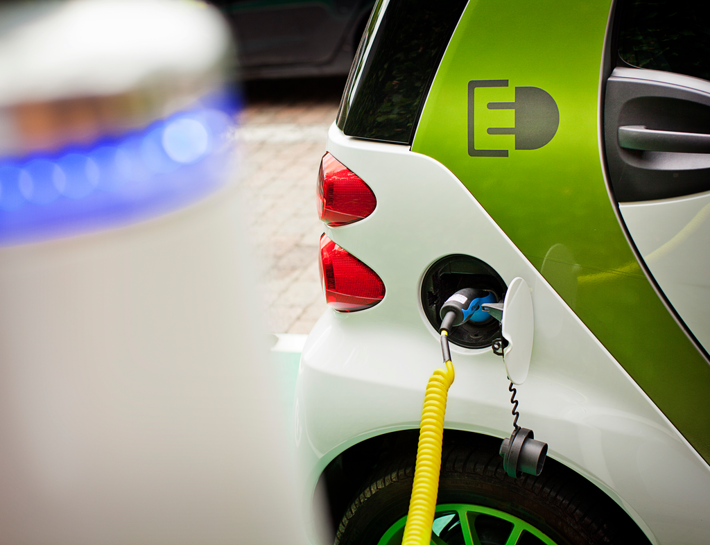 auto elettrica si ricarica in postazione pubblica