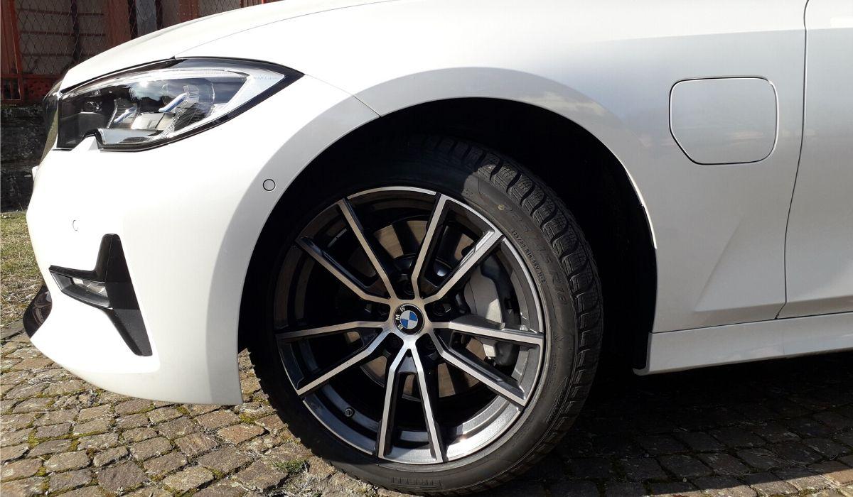 Nuova BMW Serie 3 ibrida plug-in cerchi