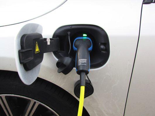 noleggiare un'auto ibrida plug-in: ecco perchè conviene