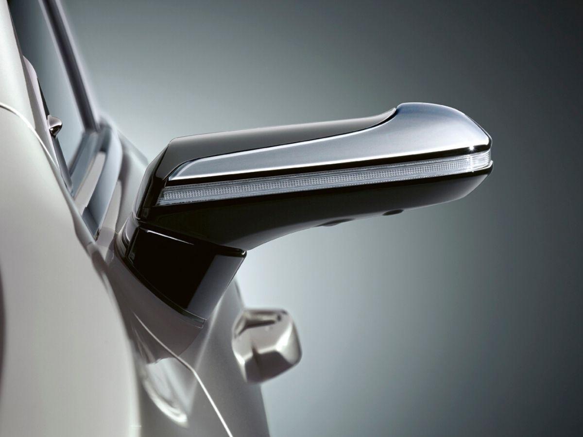 Dettaglio dei nuovi specchietti retrovisori esterni virtuali di Lexus
