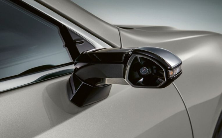 Nuovi specchietti retrovisori esterni virtuali di Lexus