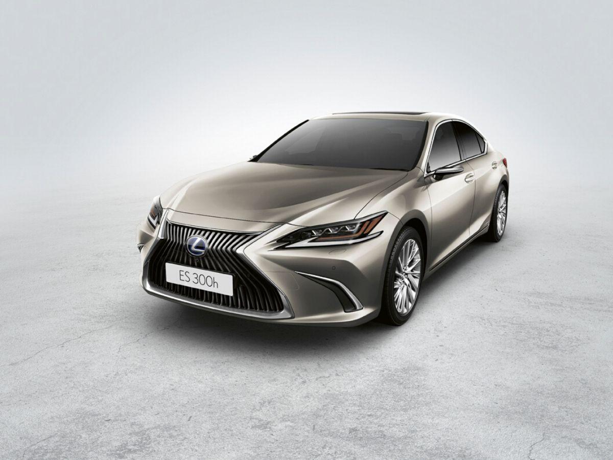 LNuova Lexus ES 300h con specchietti retrovisori esterni virtuali