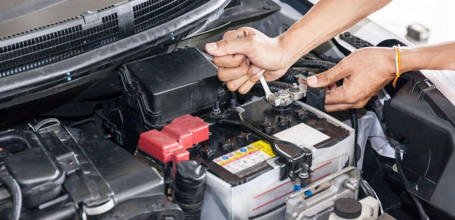 Come staccare poli batteria auto