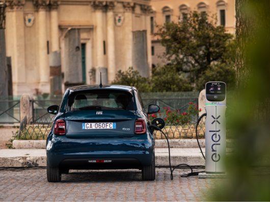 Nuova Fiat 500 elettrica 2020 in ricarica