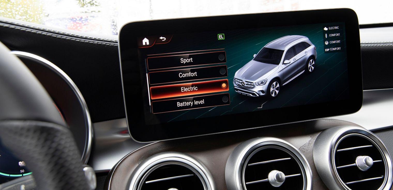 Mercedes GLC 300 e 4MATIC guida elettrica
