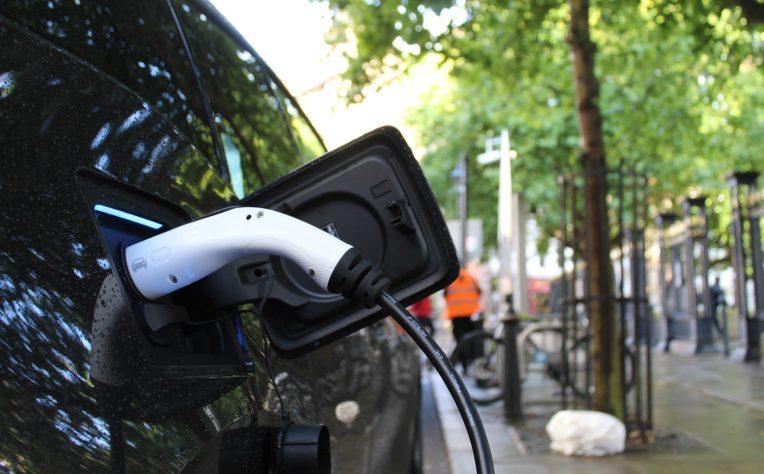 ricarica dell'auto elettrica - auto in carica