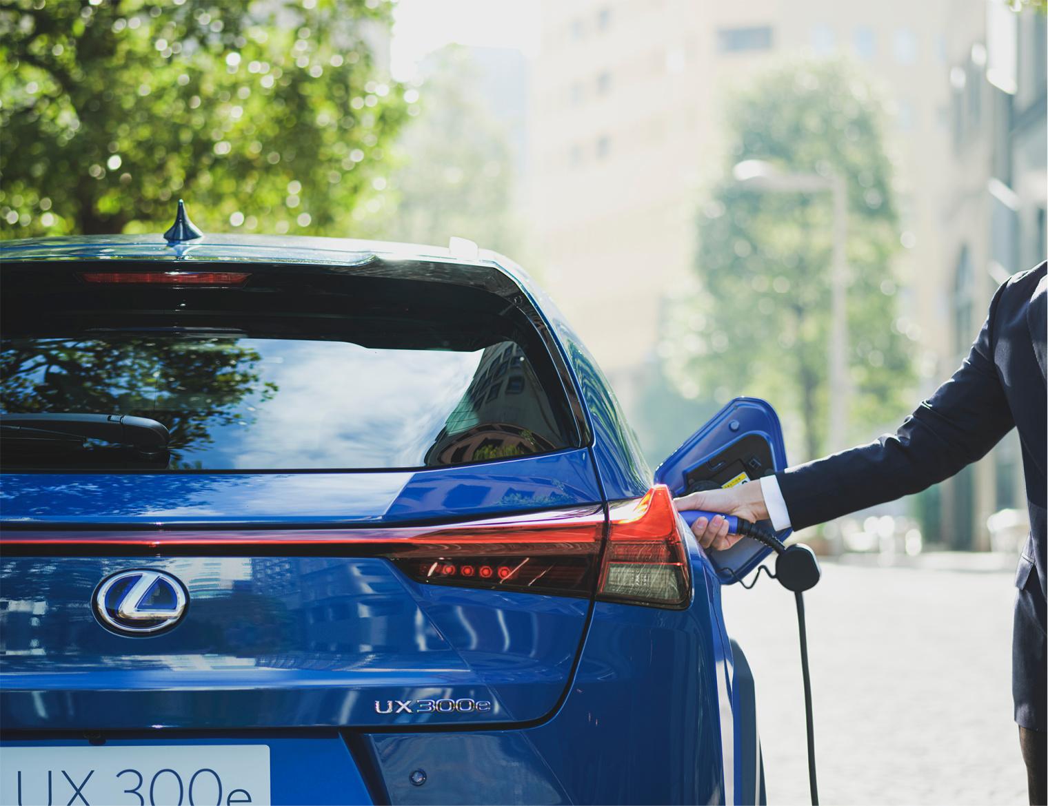 Ricarica nuova Lexus UX elettrica