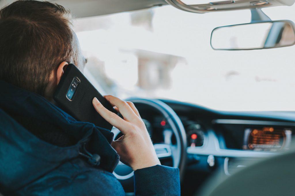 incidenti stradali italia - smartphone al volante