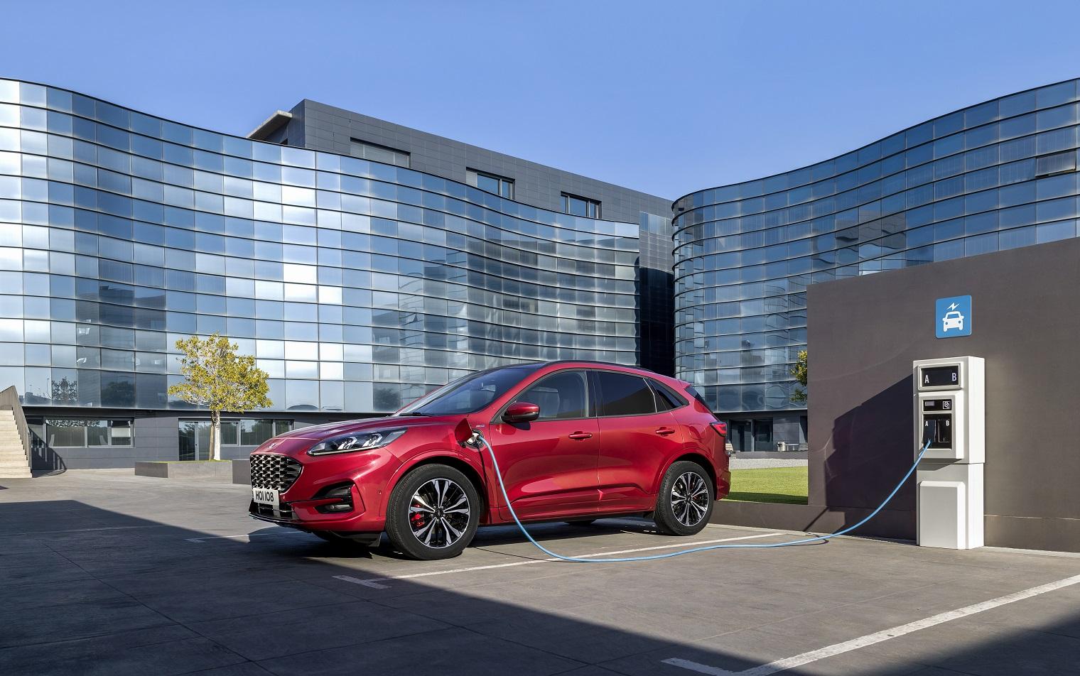 Ricarica nuova Ford Kuga plug-in hybrid
