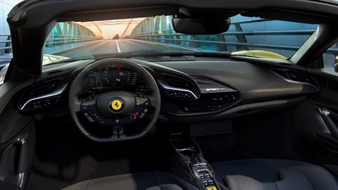 Gli interni minimal della Ferrari SF90 Spider