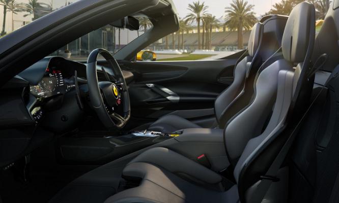 Il nero domina l'abitacolo della Ferrari SF90 Spider