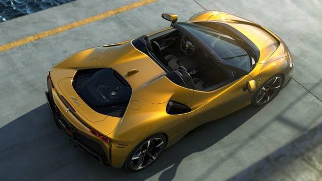La Ferrari SF90 Spider con il tetto ripiegato