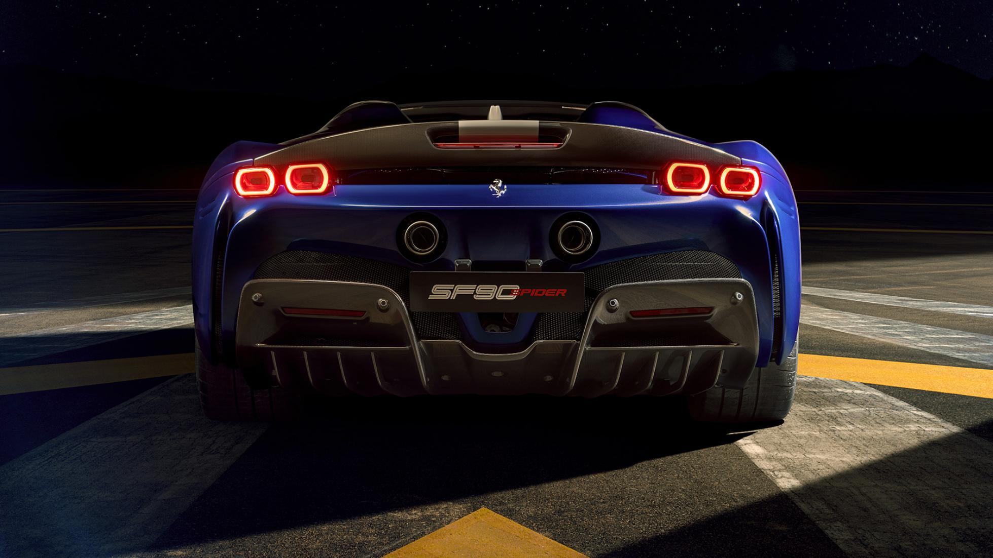 Il posteriore con i fari LED e squadrati della Ferrari SF90 Spider