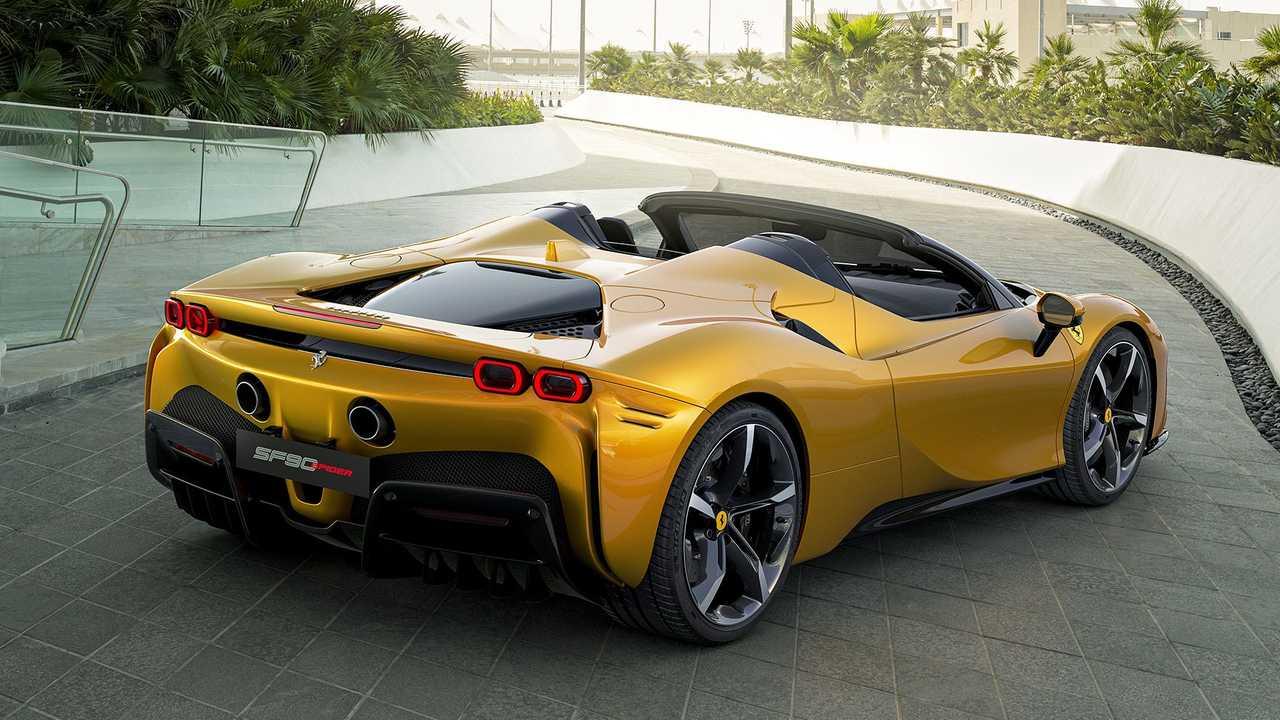 La linea scolpita di Ferrari SF90 Spider