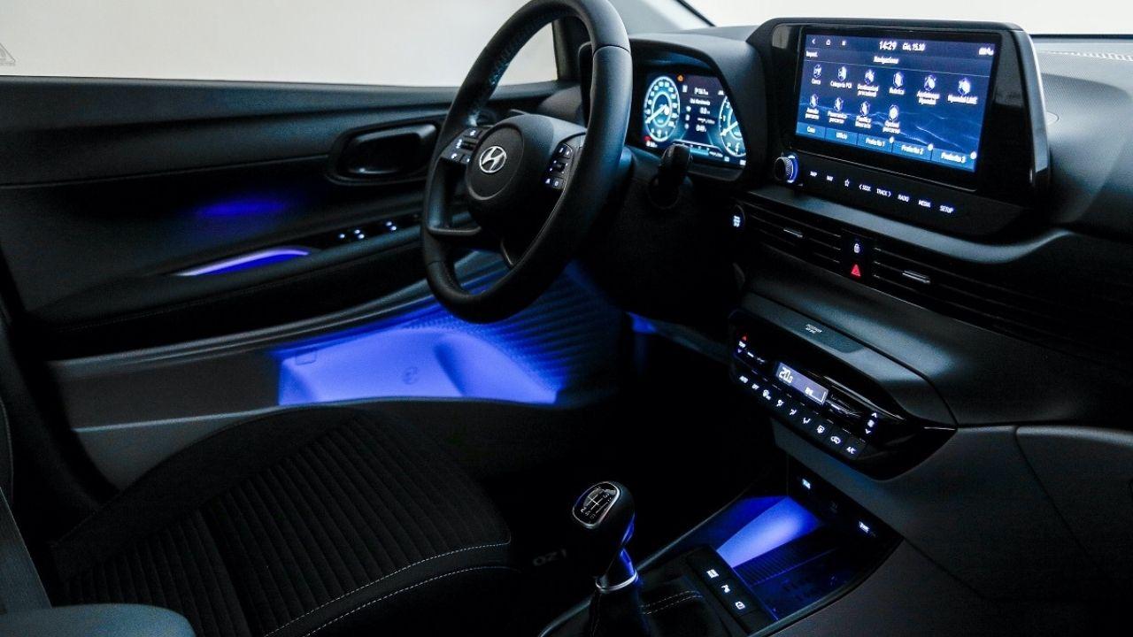 Gli interni di Hyundai i20 Hybrid sono pratici funzionali