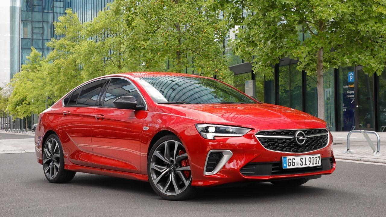 L'anteriore spigoloso di nuova Opel Insignia GSi