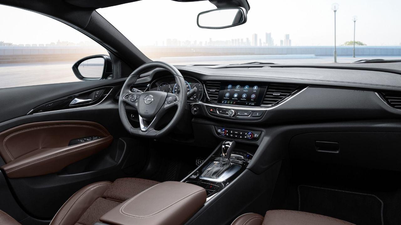 Nuova Opel Insignia GSi ha interni curati ed eleganti