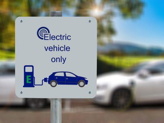 10 cose da tenere a mente quando si guida un'auto elettrica