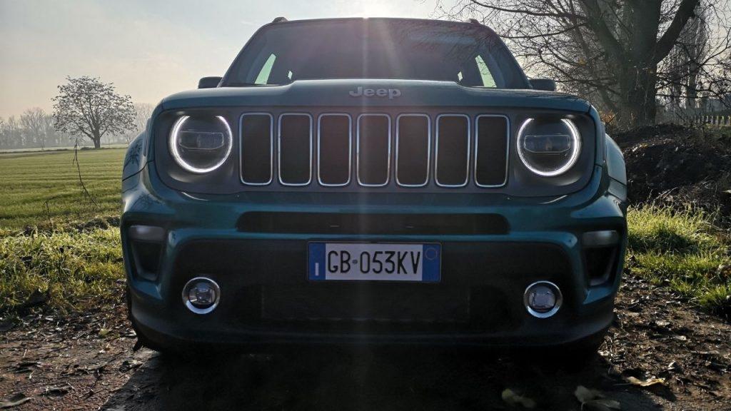 Il frontale massiccio di Jeep Renegade 4xe