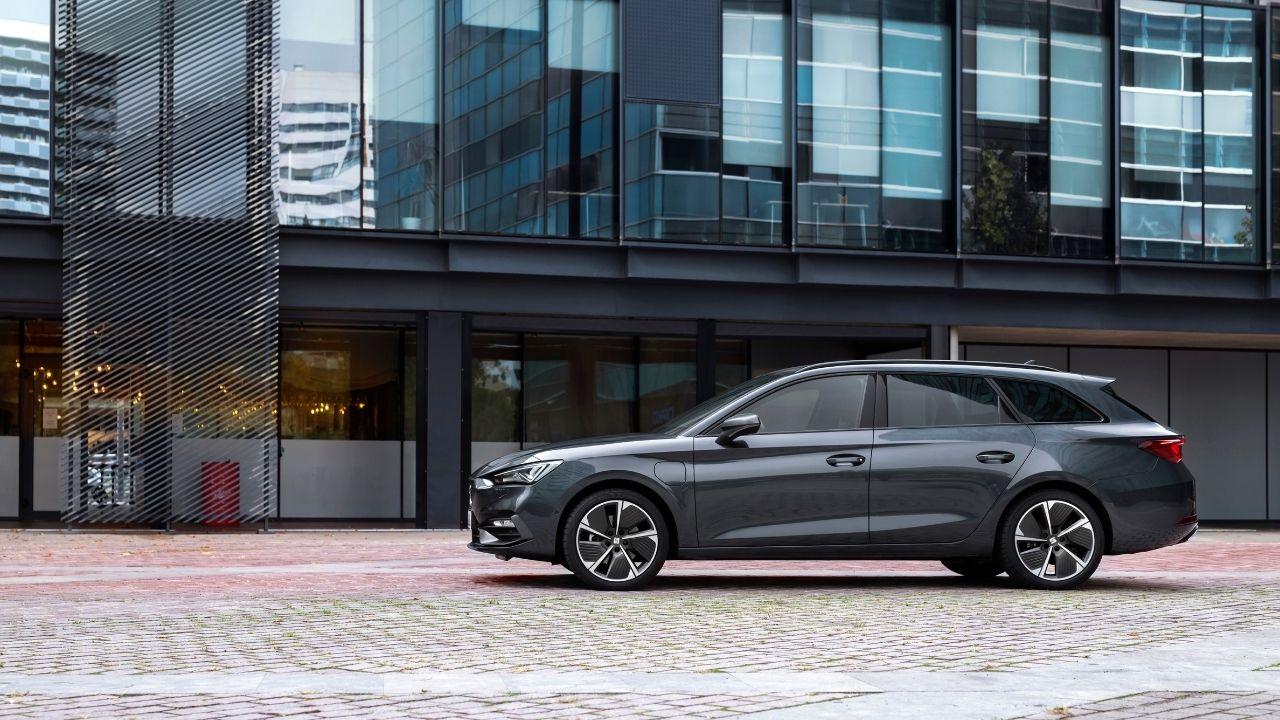 Seat Leon e-Hybrid Sportstourer di profilo