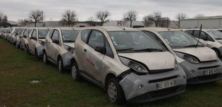 Auto elettriche car sharing abbandonate in un parco a Parigi