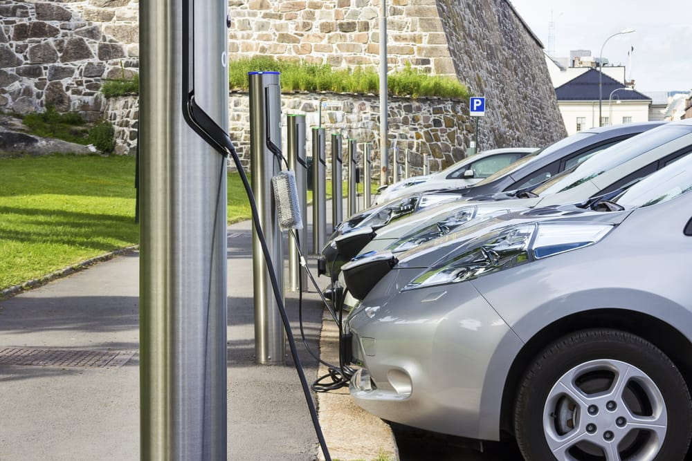 auto-elettriche ricarica in autostrada aperti primi distributori