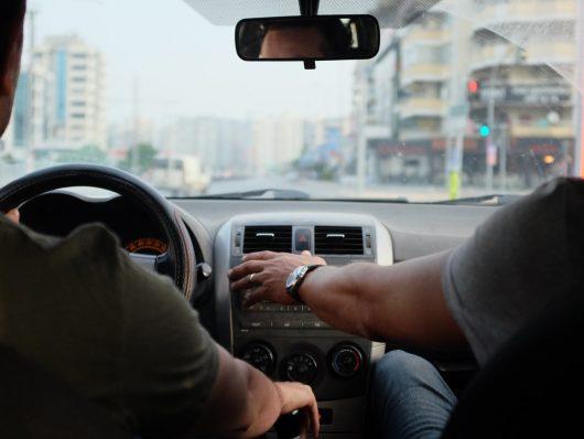 imparare a guidare le auto elettriche in scuola guida